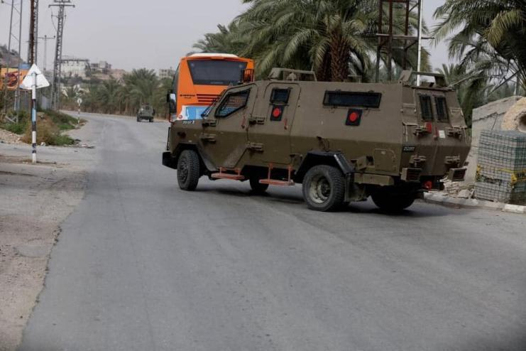 جيش الاحتلال يكثف من تواجده وحواجزه في محيط الخليل بعد اختفاء مستوطن