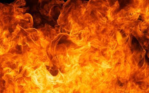 السيطرة على حريقين كبيرين في سوق الشجاعية بغزة