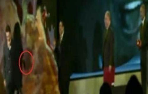 بالفيديو - فنانة مصرية تصافح وزير الثقافة المصري وهي تمسك بالحذاء !