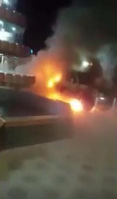 """فيديو - عريس سعودي يتسلّم سيارة هدية بحفل زفافه.. و""""العين الحارة"""" تحرقها امام المدعوين!"""