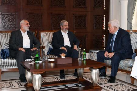 محمود عباس وخالد مشعل واسماعيل هنية في الدوحة