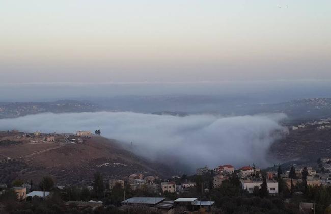 صورة - لمشهد ضباب الصباح بقرية تل بنابلس شمال الضفة الغربية المحتلة