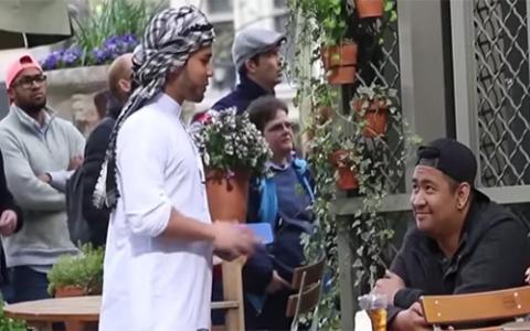 فيديو - رجل يقرأ القرآن وسط المارة في شوارع نيويورك.. شاهد ردة فعلهم