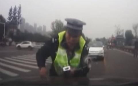 فيديو - شاهد ماذا فعل سائق مخمور برجل شرطة