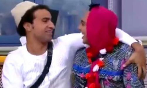 """بالفيديو - ممثلان مصريان يؤديان احداث """"ليلة الدخلة"""" على المسرح"""