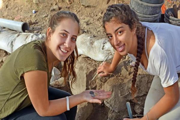 صور - تلاميذ إسرائيليون يعثرون على عملة ذهبية تعود لبداية العصر الإسلامي