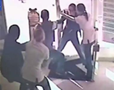 بالفيديو - 4 موظفات يحتجزن لصاً حتى وصول الشرطة