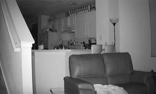 بالفيديو - لاحظ أن ابنه يستيقظ كل يوم وهو مرهق وعندما راقبه اكتشف أنه..!