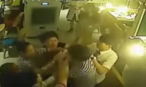 فيديو - مضاربة بين نساء و رجال بأحد شوارع الرياض