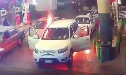 بالفيديو - هكذا انقذ شاب أمه من حريق شب بسيارته أثناء تعبئة البنزين