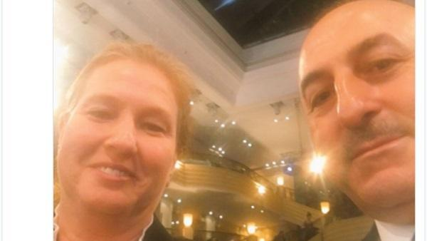 """شاهد: وزير خارجية تركيا يظهر في """"سيلفي"""" مع ليفني"""