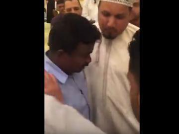 بالفيديو.. لحظة إشهار شاب هندي اسلامه بأحد المساجد