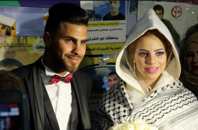 فيديو - عروسان يحتفلان بزفافهما من داخل خيمة الاعتصام برام الله