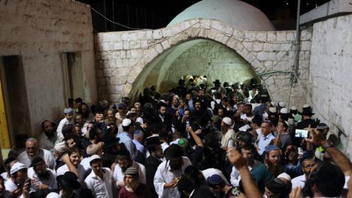مئات المستوطنين يقتحمون قبر يوسف بنابلس