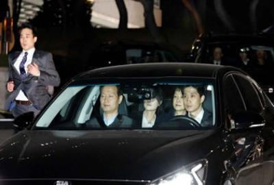 شاهد ملامح رئيسة كوريا الجنوبية وهم يقودونها للسجن