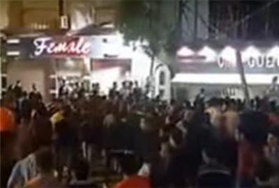 بالفيديو.. تحرش جماعي بفتاة ترتدي فستاناَ قصيراً في مصر ..شاهد كيف تدخلت الشرطة !