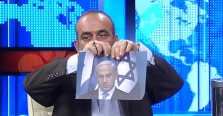 شاهد.. إعلامي تركي يمزق صور نتنياهو ويحرق علم إسرائيل على الهواء ردًا بالمثل