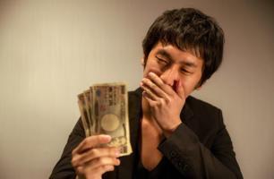 زوج ياباني يُهدر ميراث زوجته على ألعاب الموبايل !