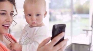 استخدام الأم للهاتف الذكي يؤثر على نمو الرضع