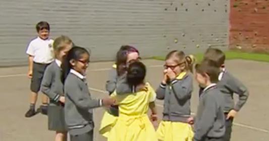 فيديو مؤثر لطفلة مبتورة القدم.. شاهد ردة فعل صديقاتها؟