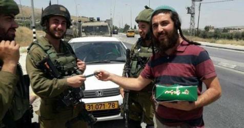 مستوطنون يتبادلون الحلوى عقب قتلهم فلسطيني في حوارة