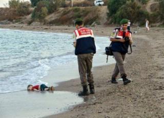 """بالصورة - صورة الطفل السوري """"إيلان"""" على عملة هذه الدولة الأوروبية.."""