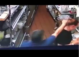 """بالفيديو.. """"طاهي"""" ينهال بالضرب على عاملة مطعم بعد أن اخبرته بأن """"الدجاج محروق"""""""