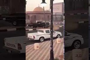 بالفيديو.. مفحط يفقد السيطرة على سيارته ويصطدم بعامود إنارة