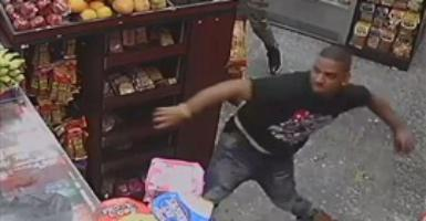 بالفيديو.. رجلان يكسران فك عامل بمحل فاكهة