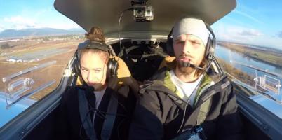 طيار يطلب الزواج من صديقته في لحظات مرعبة (فيديو)