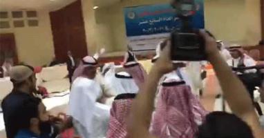 الوفد القطري يضرب الوفد السعودي في اجتماع مجلس التعاون الخليجي (فيديو)