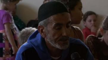شاهد بالفيديو.. كيف يعيش مسن من غزة لديه 42 ابناً ؟