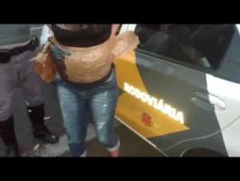 فيديو - أثارت فتاة شكوك الشرطة ببطنها الكبير.. وعندما فتشوها اكتشفوا خدعتها !