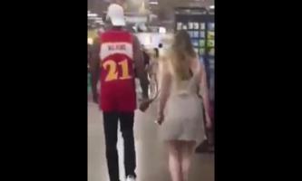 بالفيديو.. رجل يتجول في سوبر ماركت ويجر ورائه إمرأة بطوق كلب