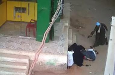 جريمة بشعة في مصر.. رجل يقتل ابنه أمام والدته (شاهد)