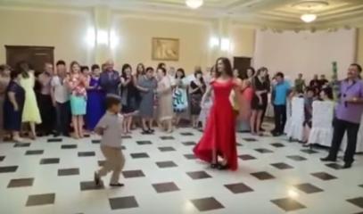 فيديو : فتاة حسناء تخطف الأضواء برقصة مع شقيقها الأصغر!
