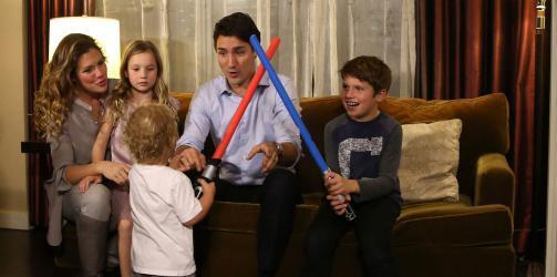 رئيس وزراء كندا يستقبل طفلًا سوريًا لهذا السبب (صورة)