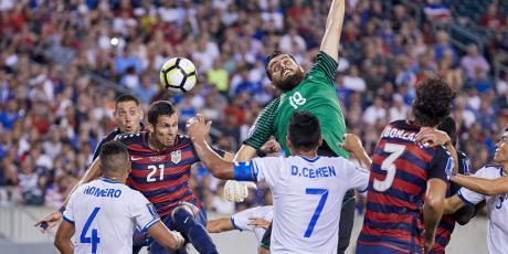 شاهد لاعبي منتخب السلفادور يعضون منافسيهم الأميركيين خلال المباراة