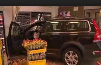 فيديو: مسن يقتحم متجرا بسيارته