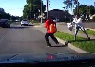 لقطات مروعة.. امرأة تدفع حبيبها أمام سيارة مُسرعة لتدهسه!