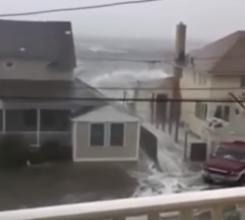 """بالفيديو.. أبراج ميامي الفارهة تحاصرها مياه اعصار """"إيرما"""" المدمر"""