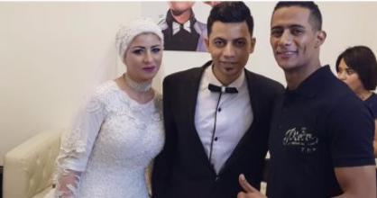 محمد رمضان يلتقط سيلفى مع عروسين حضرا مسرحيته ليله زفافهما (صور)
