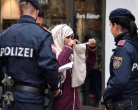 شرطي يُجبر شابة مسلمة على خلع نقابها في الشارع!