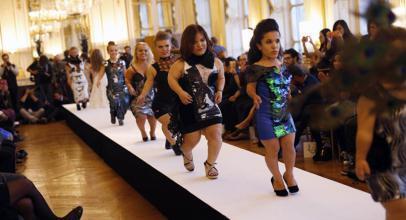 شاهد.. عرض أزياء لقصيرات القامة في أسبوع الموضة في باريس