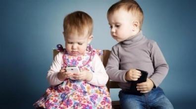 أخطاء تربوية تسبب إدمان الأطفال للهواتف