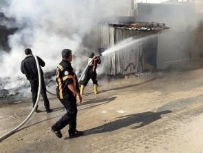 """إخماد حريق بغرفة الحراسة في مصنع """"بيونير"""" شمال القطاع"""