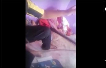 طريقة وحشية للعقاب.. أب يجر طفله بسلسلة ويهدد بقتله مع أمه (فيديو)