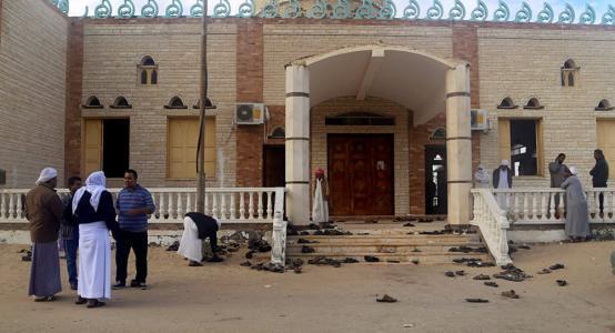 شاهد: لحظة هروب مصلين من مسجد الروضة أثناء الهجوم الإرهابي بالعريش