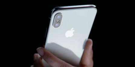 """ما سر الخط الأخضر الذي يظهر في شاشة هاتف """"آيفون X""""؟"""