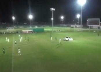الإمارات.. مشجع يقتحم ملعب كرة قدم بسيارته!